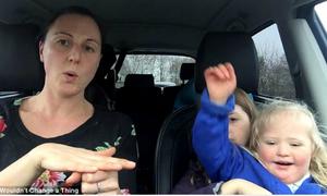 Clip hát trong ôtô của 50 bà mẹ có con mắc bệnh Down gây xúc động