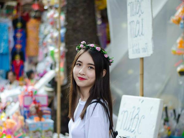 Trần Minh Phương lớp 11AC1. Cô bạn sở hữu thành tích đáng nể: Giải ba cấp trường môn Văn (2016 - 2017); Giải Nhì cấp cụm môn Văn (2016 - 2017). Minh Phương mơ ước sau này sẽ trở thành một nhà báo nổi tiếng.