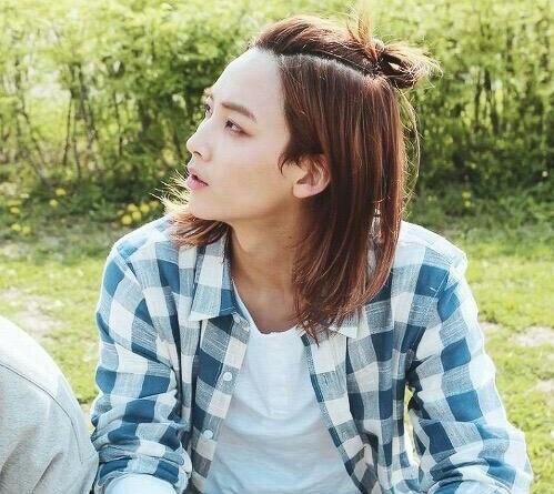Thành viên của Seventeen, Jeong Han cũng sở hữu chiếc cằm L-line tuyệt đẹp. Diện mạo của anh chàng thường được fan ví là đẹp hơn hoa, hoàn hảo dù nhìn ở chính diện hay góc nghiêng.