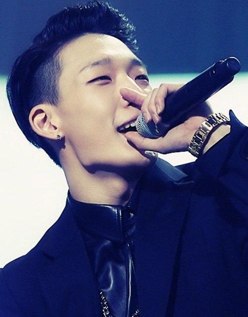 Hoàng tử nụ cười Bobby (iKon) hiện đang là một trong những rapper nổi tiếng nhất xứ Hàn. Anh cháng sở hữu tài năng xuất chúng, phong cách chất lừ và vẻ ngoài vừa ngầu vừa đáng yêu với đôi mắt cười dễ gây thương nhớ cho fan.
