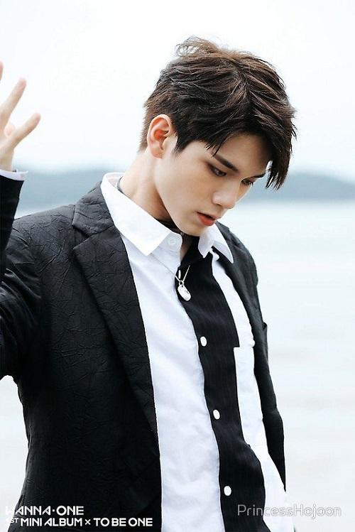 Ong Seong Woo (Wanna One) gắn liền với hình tượng bá đạo, lạnh lùng khi biểu diễn, nhưng ở ngoài đời thực thì vô cùng nhắng nhít, tưng tửng. Anh chàng được công chúng yêu mến bởi tính cách vui vẻ, tràn đầy năng lượng và khả năng làm lố bất chấp hoàn cảnh. Những hành động hồn nhiên và dễ thương của Seong Woo đã khiến anh được phong tặng biệt danh thánh giải trí của Wanna One.