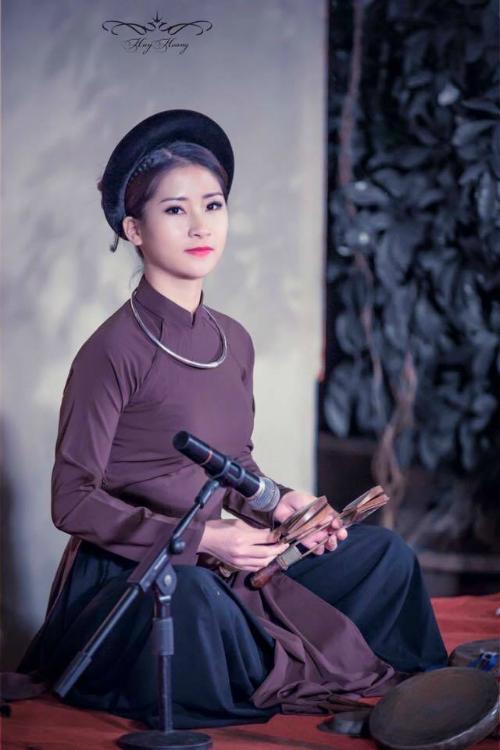 Nguyễn Thùy Linh, sinh năm 1996. Hiện đang theo học Trung cấp 5, chuyên ngành đàn tam thập lục