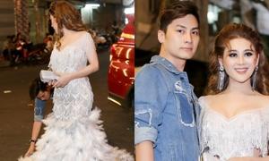 Chồng Lâm Khánh Chi cúi gập người chỉnh váy cho vợ