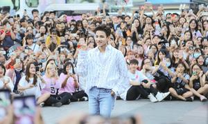 'Hoàng tử lai' Samuel khiến fan nữ hét khản cổ trên phố đi bộ Nguyễn Huệ