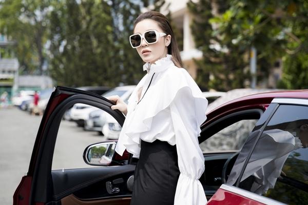 Kỳ Duyên diện váy xẻ cao, tự lái xế sang đi làm
