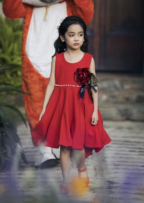 Chân dài 7 tuổi hot nhất Việt Nam khoe vẻ sang chảnh như hoa hậu