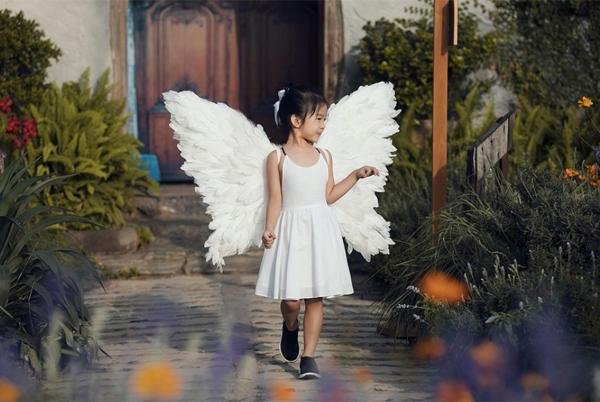 Chân dài 7 tuổi hot nhất Việt Nam khoe vẻ sang chảnh như hoa hậu - 1