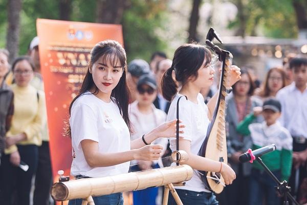 Dàn nữ sinh HV Âm nhạc Quốc gia khoe tài sắc tại phố đi bộ Hồ Gươm - 4