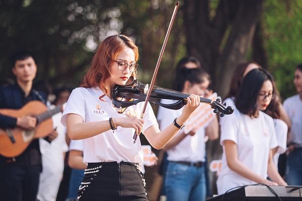 Dàn nữ sinh HV Âm nhạc Quốc gia khoe tài sắc tại phố đi bộ Hồ Gươm - 5
