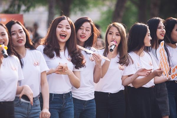 Dàn nữ sinh HV Âm nhạc Quốc gia khoe tài sắc tại phố đi bộ Hồ Gươm - 8