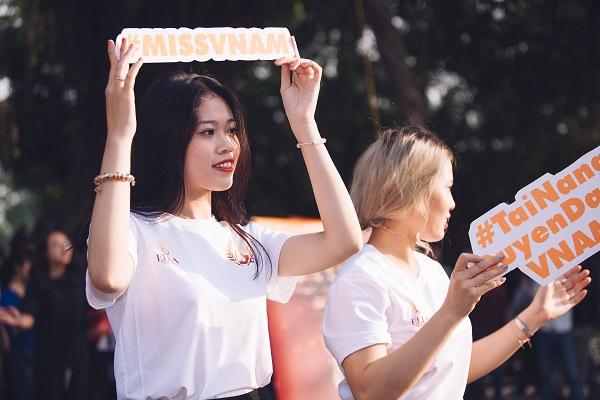 Dàn nữ sinh HV Âm nhạc Quốc gia khoe tài sắc tại phố đi bộ Hồ Gươm - 2