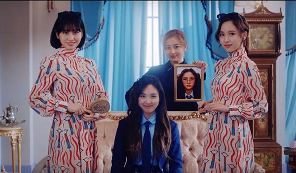 Twice bị chê mặc toàn hàng hiệu vẫn sến trong đợt comeback - 1