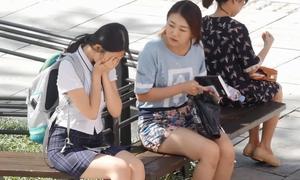 Phản ứng của người lạ khi thấy nữ sinh lớp 12 bật khóc vì áp lực thi cử