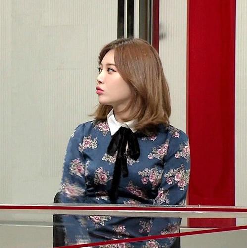 Yura (Girls Day) trong tập 62 của chương trình Weekly China now.