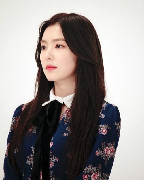 Irene (Red Velvet) cô mặc chiếc váy màu xanh khi lên sóng chương trình Weekly Idol.