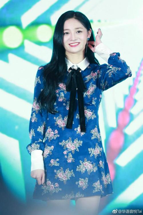 Kyul Kyung (Pristin) lựa chọn diện váy màu xanh như Jennie, Kyul Kyung.