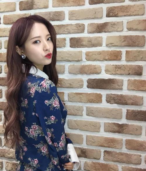 Ngày 13/2, Bona (Cosmic Girls) đăng lên instagram bức ảnh khi cô đang mặc chiếc váy màu xanh cực kỳ duyên dáng.
