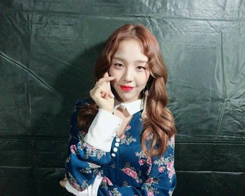 Baek Ah Yeon biến tấu chiếc váyvới phụ kiện như nhẫn, khuyên tai dài và không thắt nơ.
