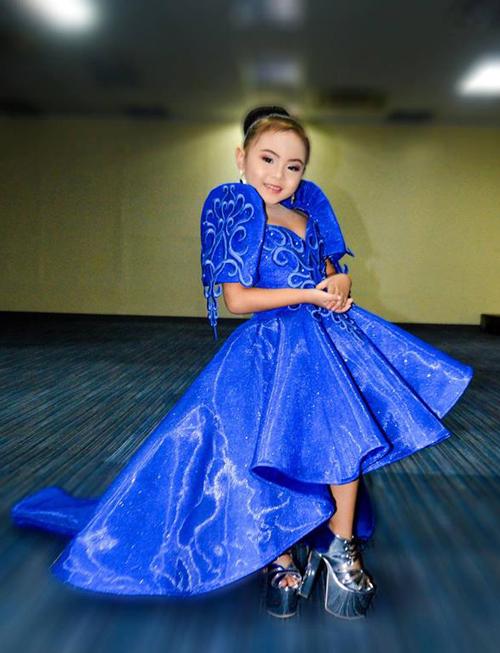 Hoa hậu nhí 8 tuổi đánh hông catwalk điệu nghệ trên giày cao 20 cm
