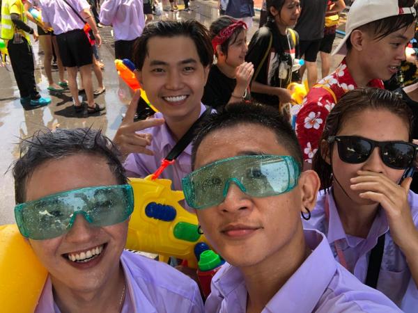 Dàn sao Việt chơi trội với quần áo loè loẹt tại lễ hội té nước Thái Lan - 9