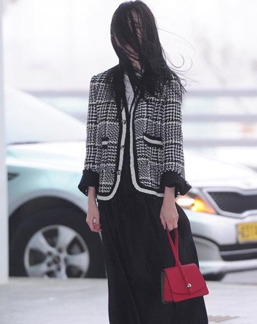 Một lần khác, Sun Mi bị cơn gió làm hại, tóc phủ kín mặt khi đang đứng tạo dáng trước phóng viên.