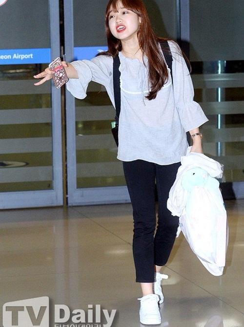 Mỗi khi ra sân bay, các sao thường cúi mặt, bước nhanh khỏi đám đông. Một lần, Yoo Jung bước ra ngoài thì phát hiện Kim So Hye đi nhầm hướng. Cô nàng đứng lại, hét rất to, gọi tên So Hye. Hành động hồn nhiên, giọng hét vang dội của nữ ca sĩ thu hút sự chú ý của mọi người xung quanh.
