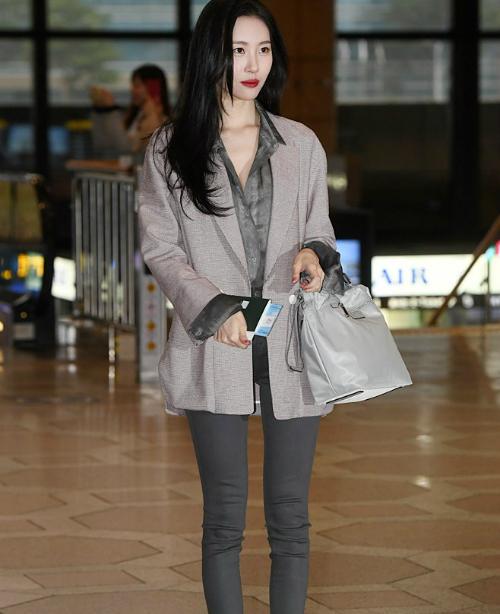 Sun Mi nổi tiếng là mỹ nhân sở hữu thần thái của Kpop. Mỗi khi ra sân bay, nữ ca sĩ luôn có tạo hình chỉn chu, mỗi bức ảnh dù cho báo chụp đều hoàn hảo.