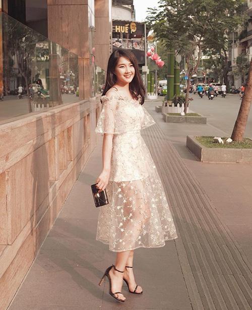 Kiều Trinh trông như một nàng công chúa bước ra từ cổ tích với chiếc váy xuyên thấu đính hoa nhí, màu sắc trang nhã.