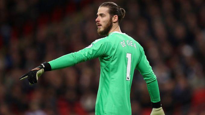 """<p> Lần khác, tháng 10/2107 De Gea bất ngờ đổi mái tóc """"undercut"""" huyền thoại vốn khiến bao fan Quỷ đỏ mê mệt thành tóc búi đỉnh đầu. Ngay lập tức, nhiều người để lại những bình luận thú vị về mái tóc của De Gea trên twitter: """"Cắt tóc đi Dave ơi"""", """"nỗ lực cũng đáng khen đấy Gareth Bale, giờ thì trả lại găng tay đây nào"""", """"De Gea cần phải dẹp cái búi tóc đó ngay và luôn"""". Đều là những phản ứng không mấy tích cực của người hâm mộ nhưng chứng tỏ sức hút từ mái tóc của ngôi sao phong cách nhất của ManUtd chưa bao giờ giảm nhiệt.</p>"""