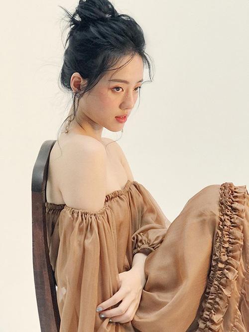 Khánh Linh The Face đẹp mong manh trong hậu trường chụp hình.