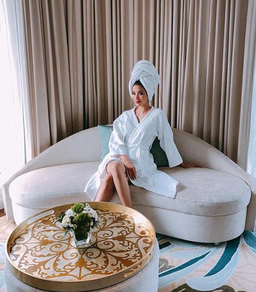 Phạm Hương chỉ cần quấn khăn tắm pose hình là đã đẹp chẳng khác gì quý tộc.