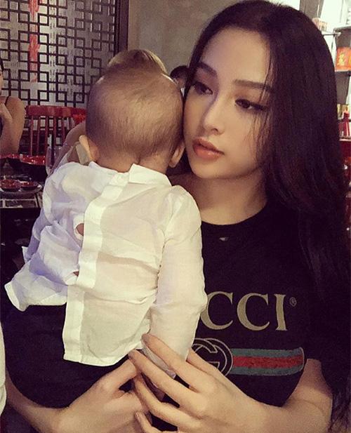 Huyền Baby trẻ trung đến mức đưa con trai đi ăn nhưng chẳng khác gì... trông em hộ mẹ.
