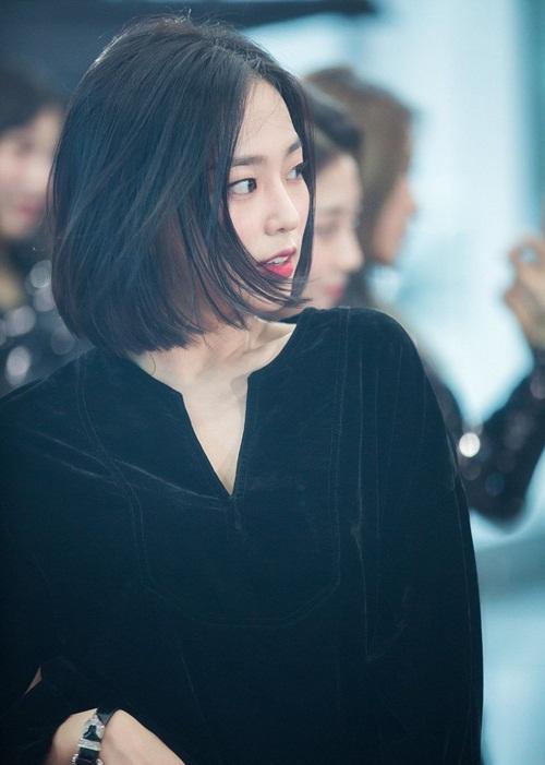 Ye Eun sở hữu đôi mắt một mí đặc trưng, gu thời trang ấn tượng, đáng học tập.