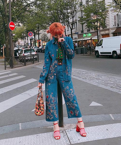 Vốn có gu thời trang độc đáo và tinh tế, Min biến đường phố châu Âu thành thảm đỏ cho cô nàng phô diễn những bộ cánh đã mắt. Cây đồ jeans họa tiết cùng phụ kiện màu sắc này cho thấy trình phối đồ cao tay của Min.