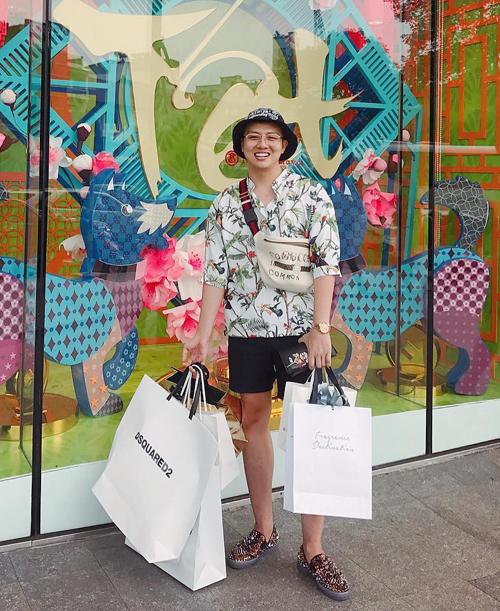 Ngoài giờ chạy show, Duy Khánh dành phần lớn thời gian của mình cho hai đam mê lớn nhất đó là xê dịch và mua sắm. Trang cá nhân của anh chàng tràn ngập những hình ảnh đi du lịch khắp nơi, mỗi lần ra nước ngoài là tay xách nách mang về cả chục chiếc túi hàng hiệu lớn bé.