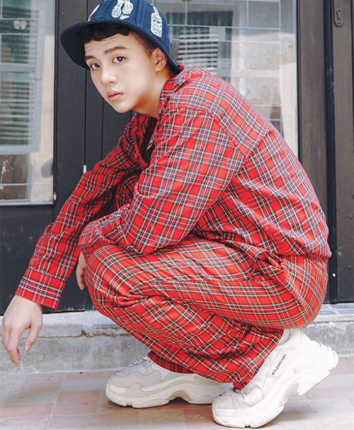 Khó phủ nhận những đôi giày hiệu chất chơi giúp Duy Khánh có vẻ ngoài sành điệu chẳng kém fashionista thế giới.