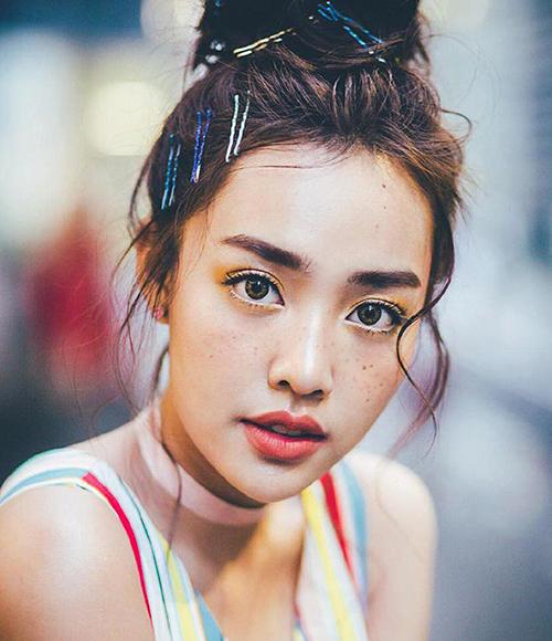 Má tàn nhang đi cùng da nâu, mày rậm dày, các cô gái Thái trông càng thêm cá tính, khỏe khoắn.