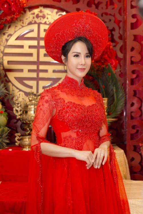 Diệp Lâm Anh xuất hiện với vẻ xinh đẹp. Cô chọn mặc áo dàiđỏ, trang điểm cùng tone nổi bật.