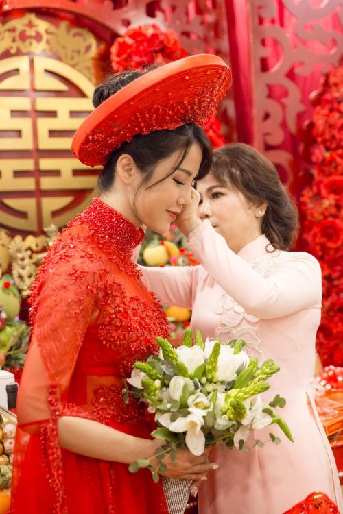 Diệp Lâm Anh được mẹ chồng tặng quà.