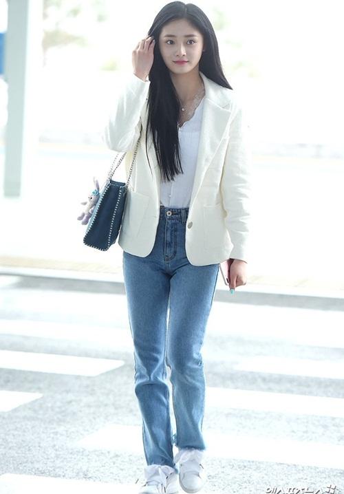 Kyul Kyung đang là idol được săn đón ở cả Hàn và Trung. Áo blazer trắng, quần jean là cách phối đồ an toàn, phù hợp với nhiều hoàn cảnh.
