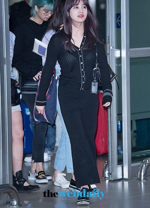 Trưởng nhóm Ji Hyo nên nghĩ lại cách chọn đồ sân bay khi thấy bức ảnh lộ cả nội y này.