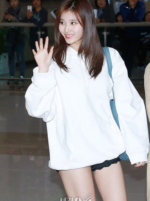 Mốt giầu quần được Sana và Tzuyu sử dụng nhiều lần khi ra sân bay.