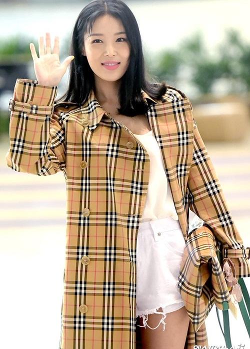 Sau các sản phẩm của Gucci thì họa tiết Burberry đang phủ sóng ở sân bay Hàn, Yu Bin mặc chiếc áo khác hàng hiệu, tự tin với làn da ngăm khỏe khoắn.