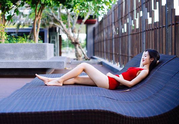 Những hình ảnh khoe dáng với đồ tắm của Jun Vũ trong ngày hè nhận được nhiều lời khen ngợi.