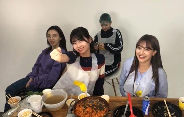 Momo, Na Yeon, Jeong Yeon và Ji Hyo trò chuyện trên chương trình Ji Hyo Candy Nights.