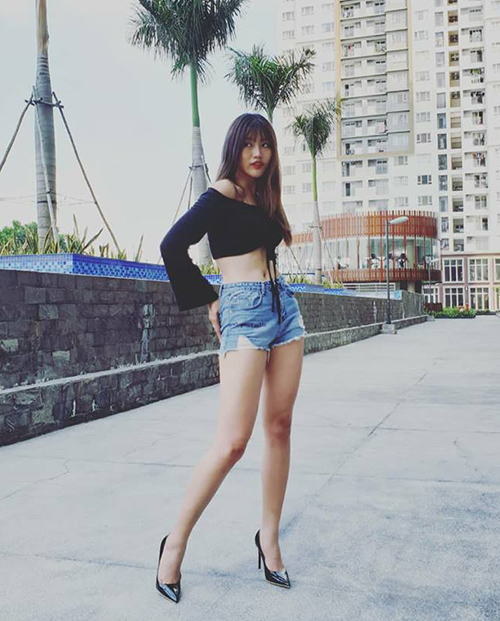 Quỳnh Châu lên đồ sexy hết cỡ, khoe vóc dáng cực chuẩn nhờ áo trễ vai và shorts siêu ngắn.
