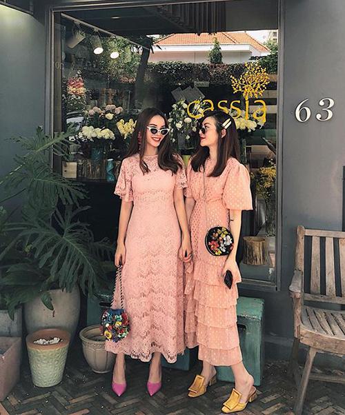 Hai chị em Yến Trang - Yến Nhi như hai bông hoa trên phố khi rủ nhau diện váy hồng pastel. Tuy nhiên mỗi người có một cách mix phụ kiện khác biệt.