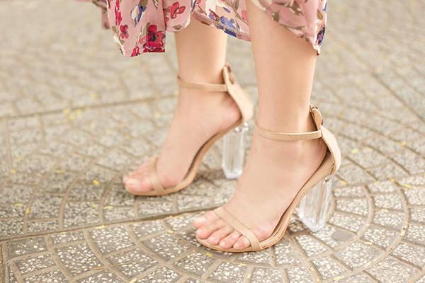 Phần gót rộng thênh, hở một khoảng lớn khiến đôi chân củaAngela Phương Trinh trông chẳng khác gì đang bơi trong giày. Chi tiết này tuy nhỏ nhưng khiến tổng thể trang phục của người đẹp có phần mất điểm.