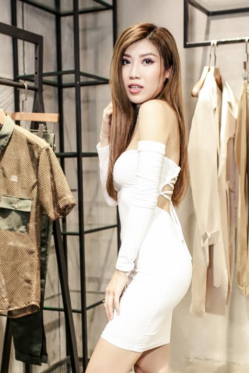 Sau tin đồn chia tay với Dương Khắc Linh, Trang Pháp xuất hiện rạng rỡ với vẻ ngoài sexy.