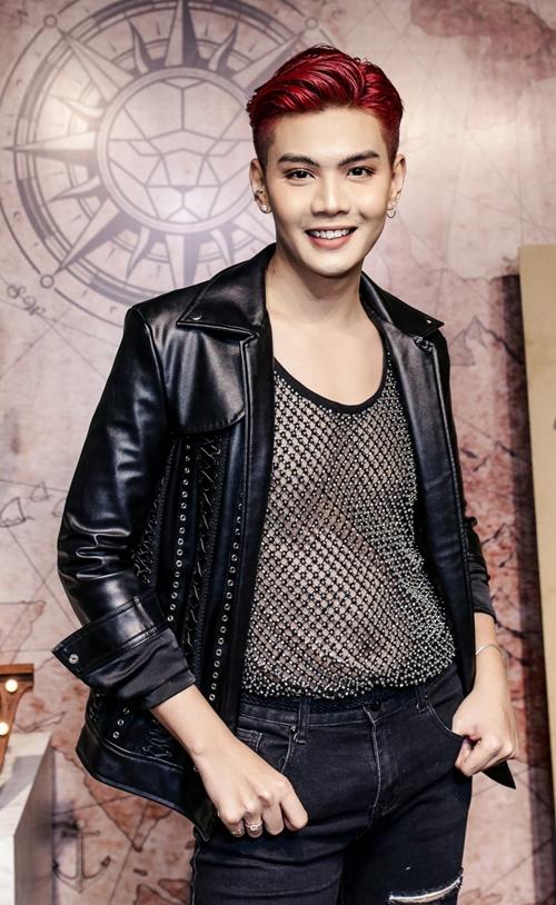 Diện trang phục ton sur ton đen với áo khoác da và đôi boots chất, Đào Bá Lộc trở nên nổi bật.